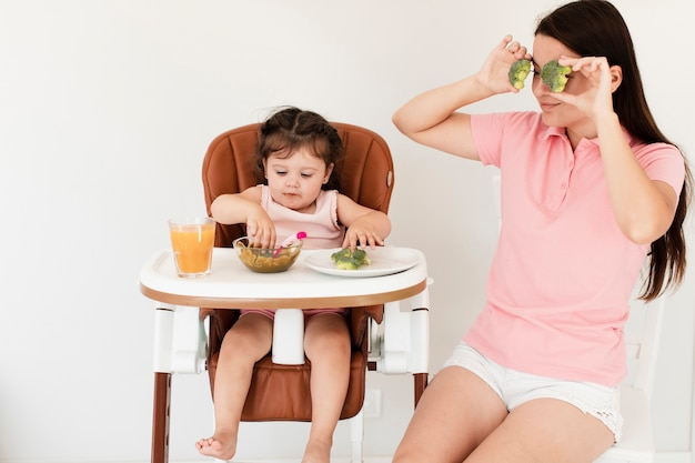 Vista frontal fofa mãe e filha Foto gratuita