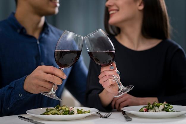 Vista frontal homem e mulher, jantar romântico no dia dos namorados Foto gratuita