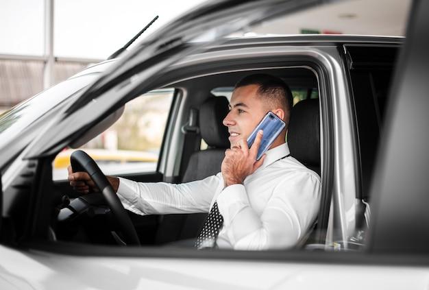 Vista frontal homem falando por telefone Foto gratuita