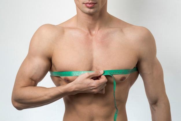 Vista frontal, homem, medindo, peito Foto gratuita