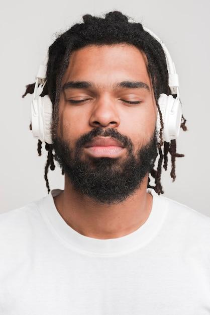 Vista frontal homem ouvindo música Foto gratuita