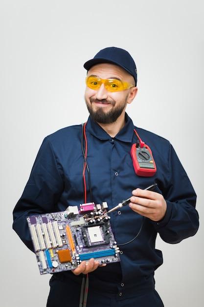 Vista frontal homem reparando um computador Foto gratuita