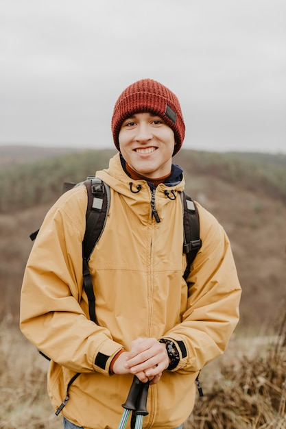 Vista frontal homem sorridente na natureza Foto gratuita