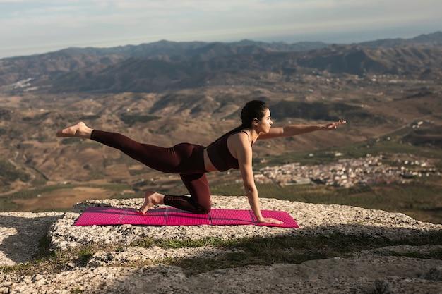 Vista frontal, ioga, prática, exercício Foto gratuita