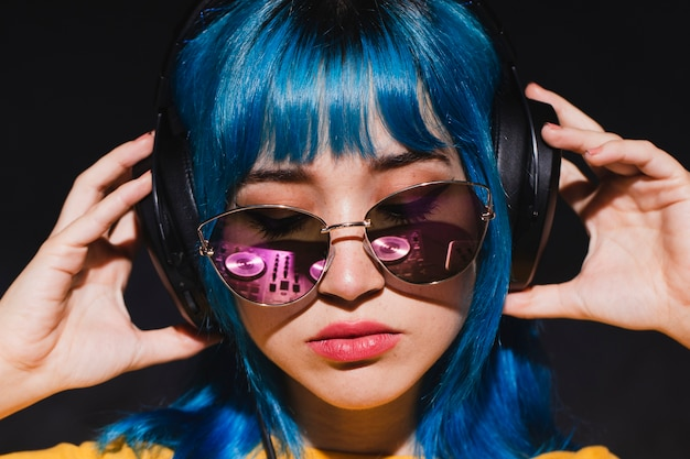Vista frontal jovem mulher dj mistura Foto gratuita