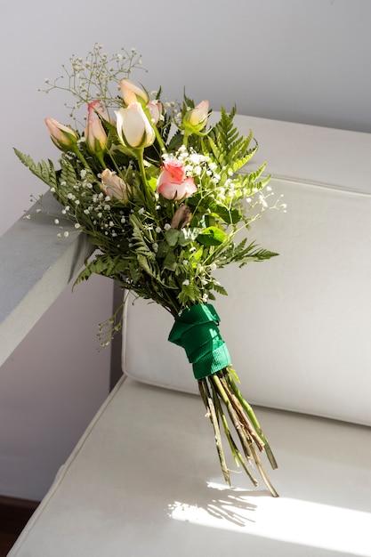 Vista frontal lindo buquê de rosas Foto gratuita