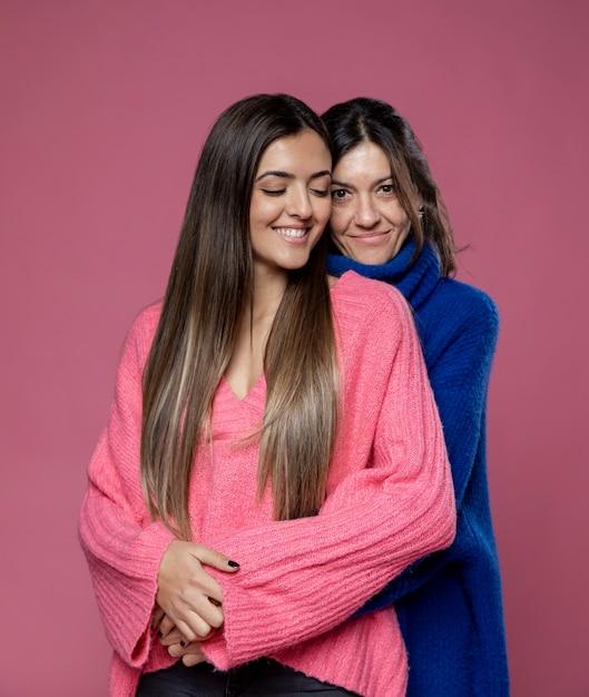 Vista frontal mãe e filha abraçando Foto gratuita