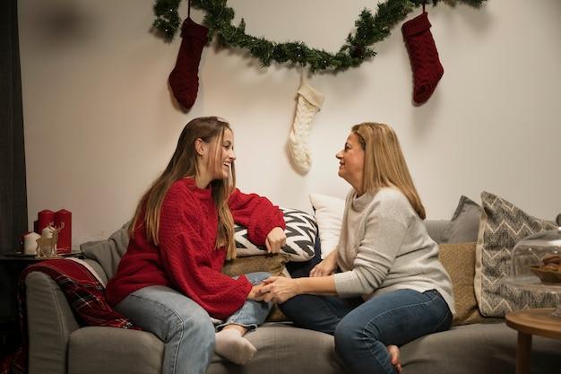 Vista frontal mãe e filha de ligação Foto gratuita