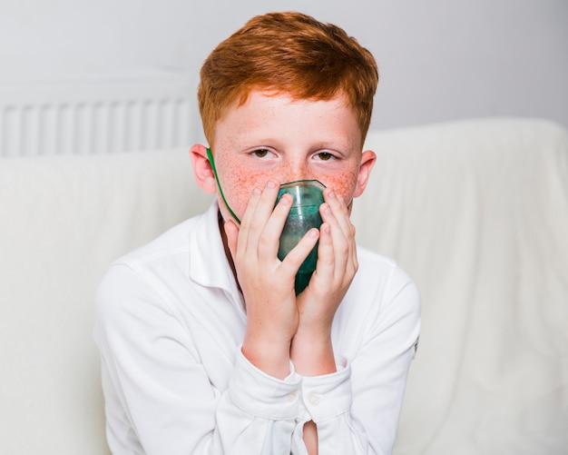 Vista frontal, menino, com, máscara oxigênio Foto gratuita
