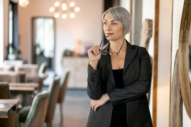 Vista frontal mulher de negócios pensando Foto gratuita