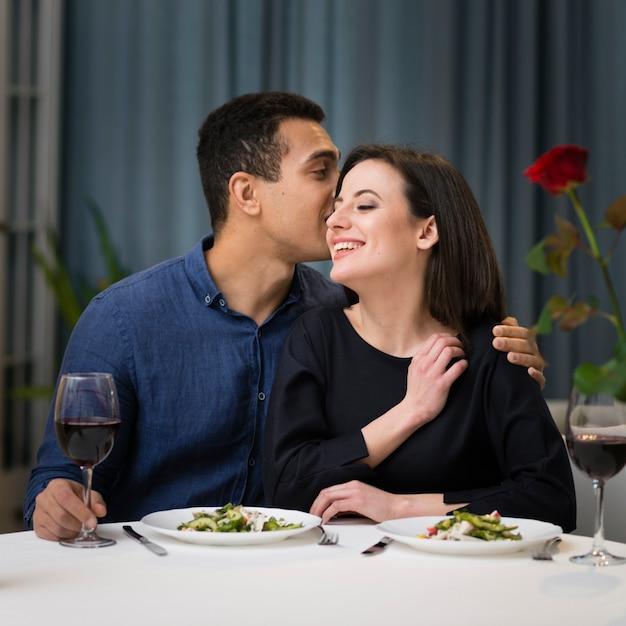 Vista frontal mulher e homem juntos a jantar juntos Foto gratuita