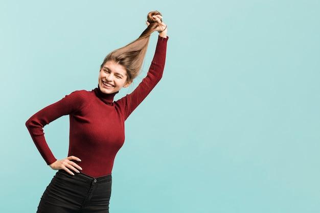 Vista frontal mulher forte em estúdio Foto gratuita
