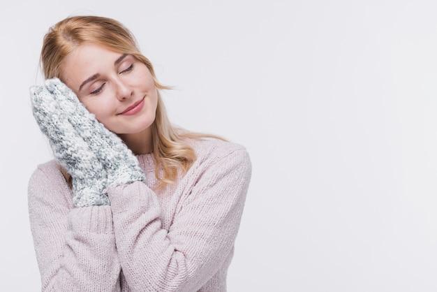 Vista frontal mulher loira com luvas de inverno Foto gratuita