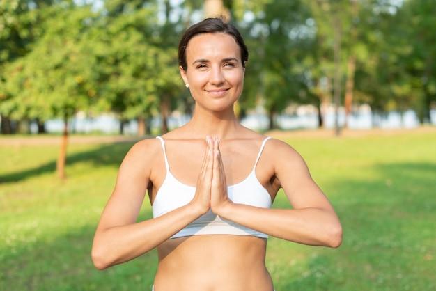 Vista frontal mulher meditando pose Foto gratuita