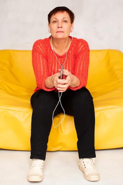 Vista frontal mulher ouvindo música Foto gratuita