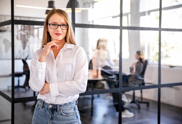 Vista frontal mulher profissional no trabalho Foto gratuita