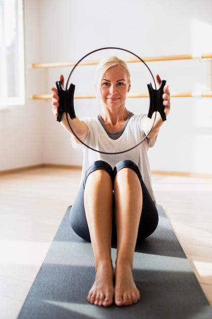 Vista frontal mulher sênior exercitando Foto gratuita