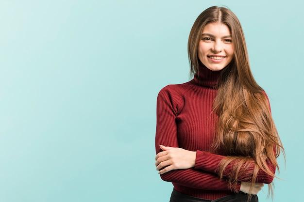 Vista frontal mulher sorridente no estúdio Foto gratuita
