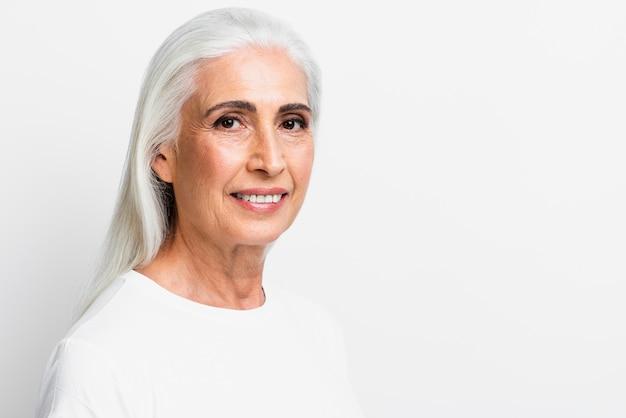 Vista frontal mulher sorrindo para a câmera Foto gratuita