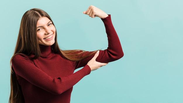 Vista frontal mulheres felizes em estúdio Foto gratuita