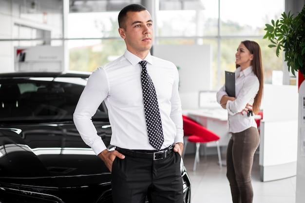 Vista frontal negociantes de carro colegas de trabalho no escritório Foto gratuita