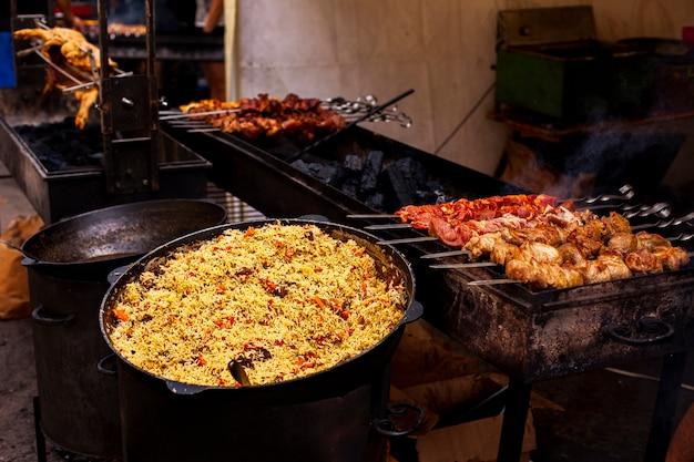 Vista frontal para churrasco e comida para o jantar Foto gratuita