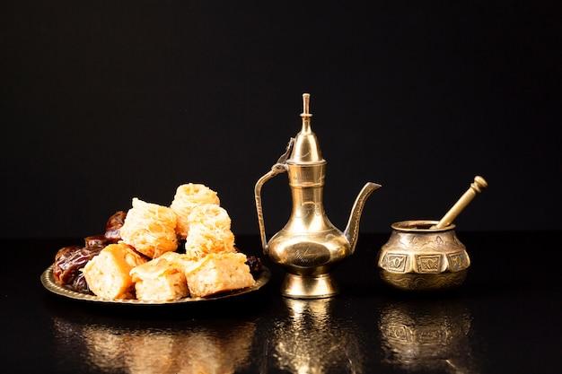Vista frontal pastelaria islâmica com fundo preto Foto gratuita