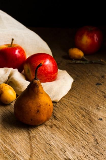 Vista frontal peras e maçãs Foto gratuita