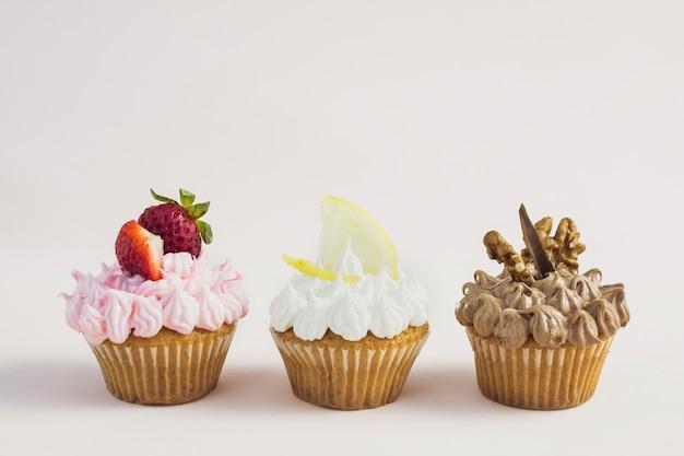 Vista frontal saborosos bolinhos de diferentes sabores Foto gratuita