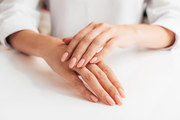 Vista frontal saudável linda manicure Foto gratuita