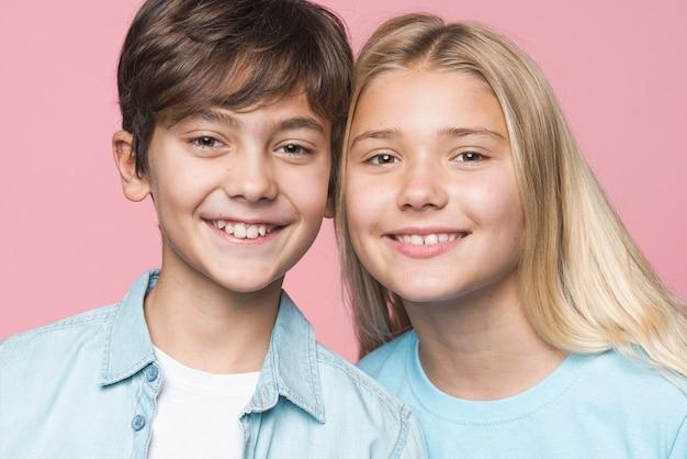 Vista frontal sorridente jovens irmãos Foto gratuita