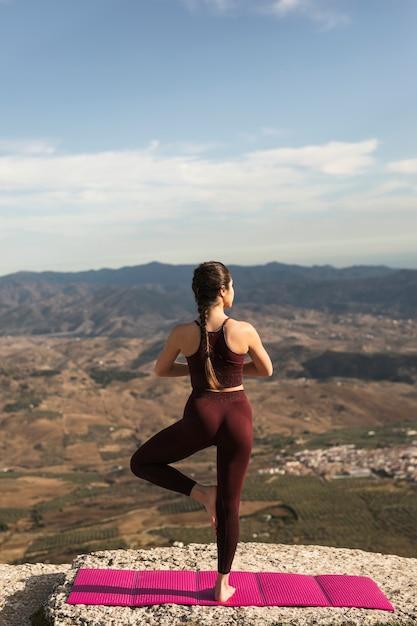 Vista frontal traseira pose de prática de yoga Foto gratuita