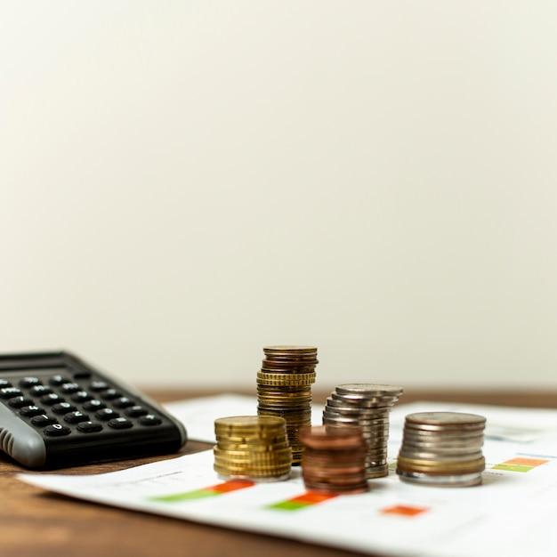 Vista frontal variedade de moedas em uma tabela Foto gratuita