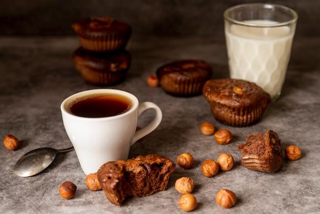 Vista frontal, xícara café, com, muffins Foto gratuita