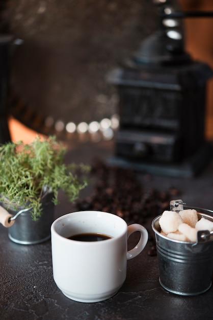 Vista frontal xícara de café com cubos de açúcar Foto gratuita