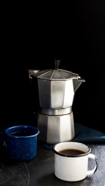 Vista frontal xícaras de café preto Foto gratuita