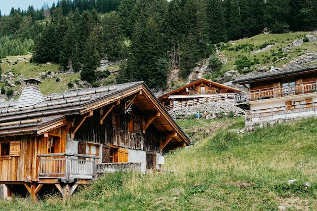 Vista impressionante da vila alpina. cena pitoresca e linda. atração turística popular. lugar local alpes suíços, mundo da beleza. casa de madeira na montanha Foto Premium