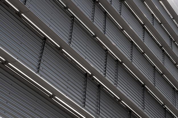 Vista inferior da parede ondulada com divisórias de piso de metal Foto Premium