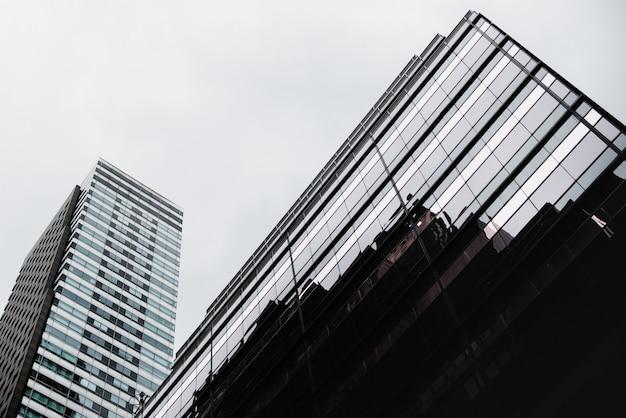 Vista inferior do edifício de vidro contemporâneo Foto gratuita