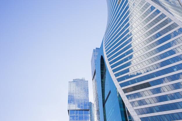 Vista inferior dos arranha-céus de moscou-cidade com design futurista, com reflexo das nuvens Foto Premium
