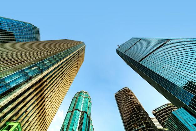 Vista inferior dos arranha-céus Foto Premium