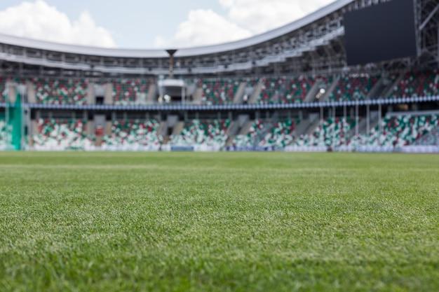 Vista interior do campo de grama verde e assentos vazios Foto Premium