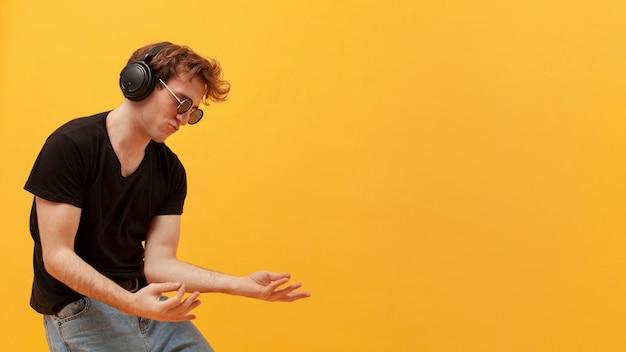 Vista lateral adolescente dançando Foto gratuita