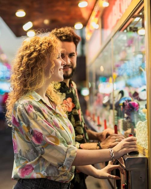 Vista lateral casal feliz tocando juntos Foto gratuita