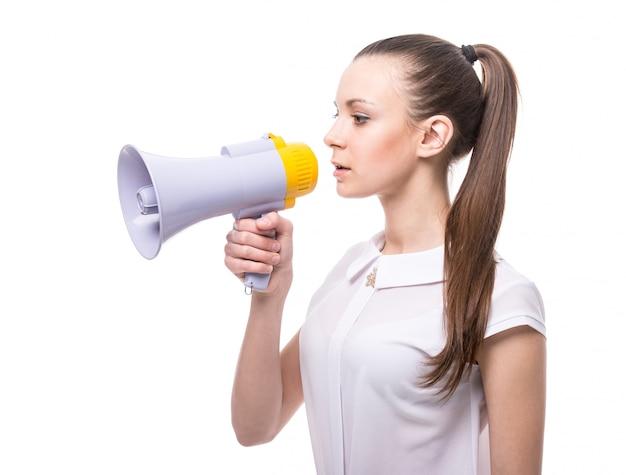 Vista lateral da jovem fala em um megafone. Foto Premium