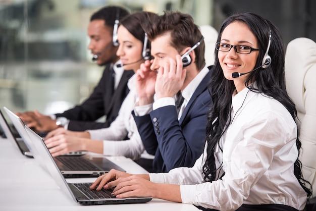 Vista lateral da linha de funcionários do call center estão trabalhando. Foto Premium