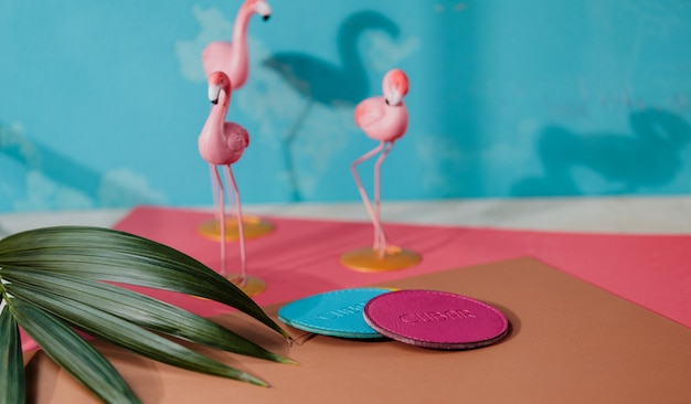 Vista lateral da montanha-russa de couro azul e rosa na parede de pequenas figuras flamingo rosa Foto gratuita