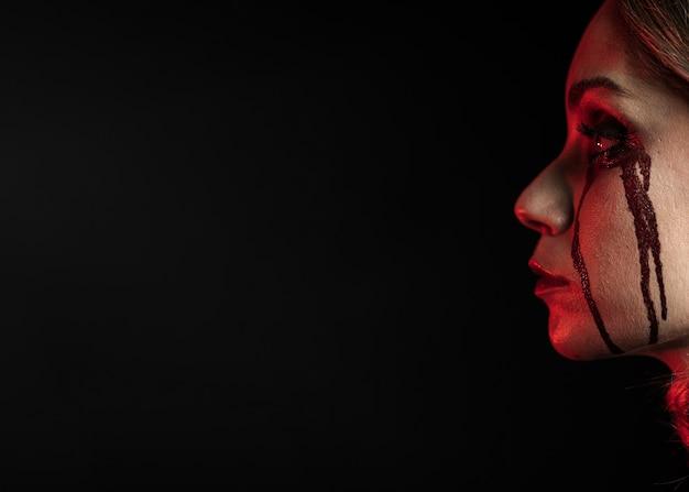Vista lateral da mulher com espaço de cópia Foto gratuita