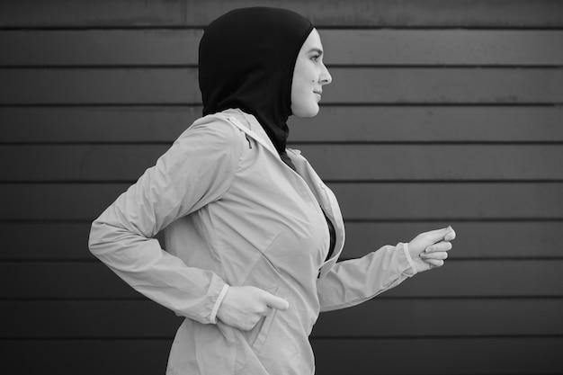 Vista lateral da mulher correndo Foto gratuita