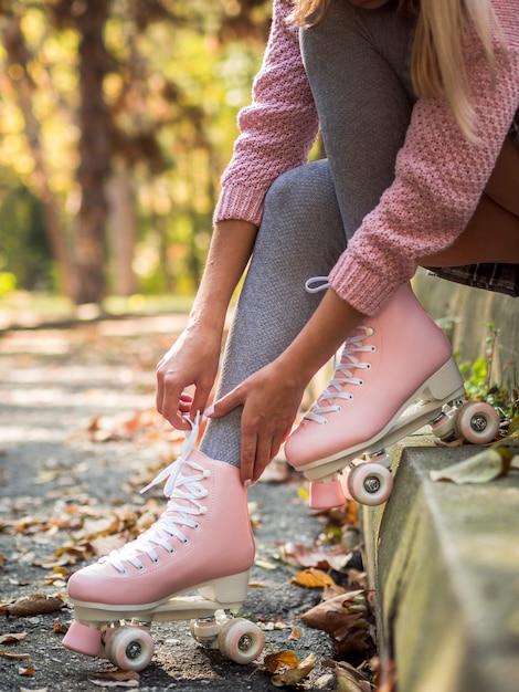 Vista lateral da mulher de patins com meias Foto gratuita